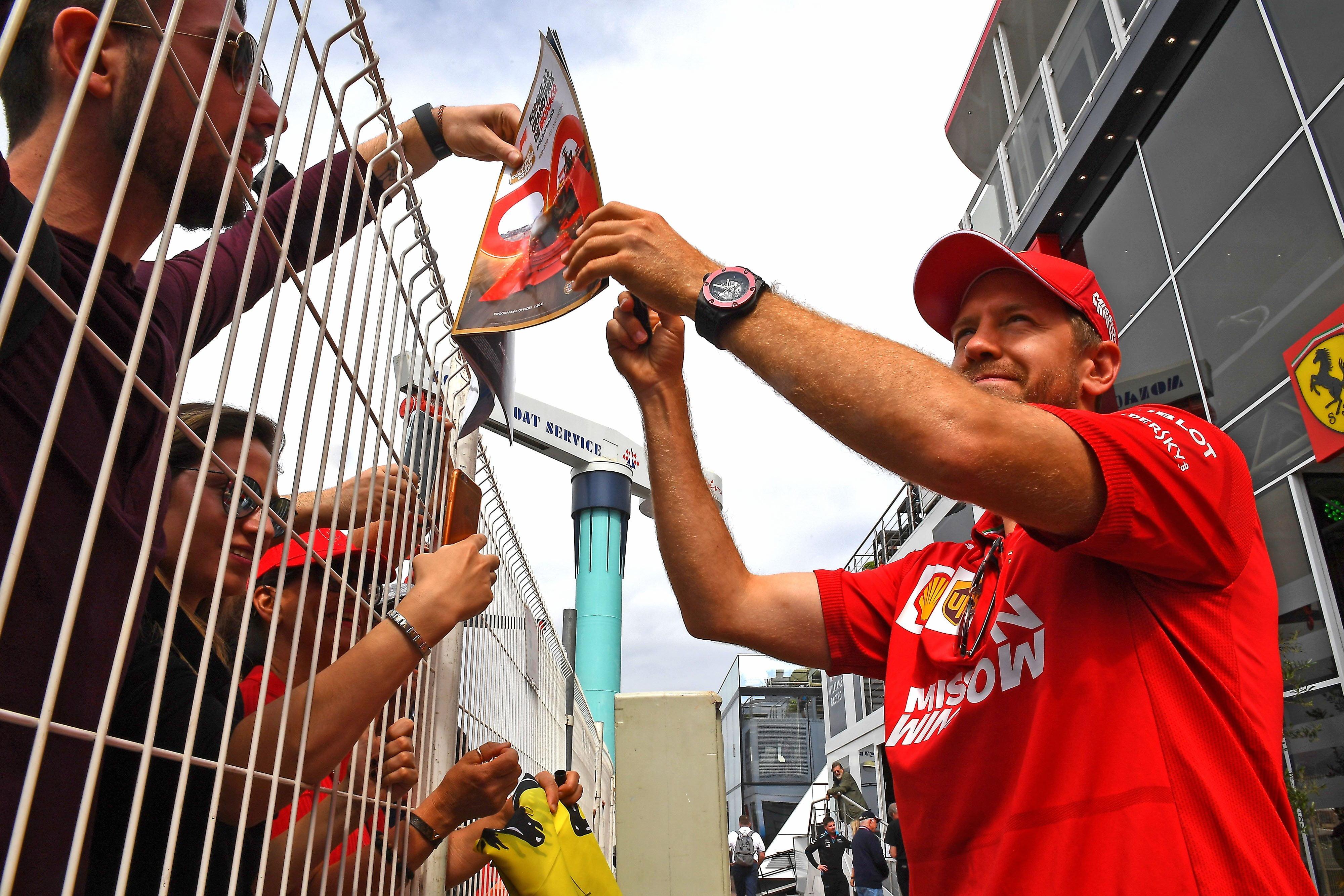 Vettel firma autógrafos en Mónaco