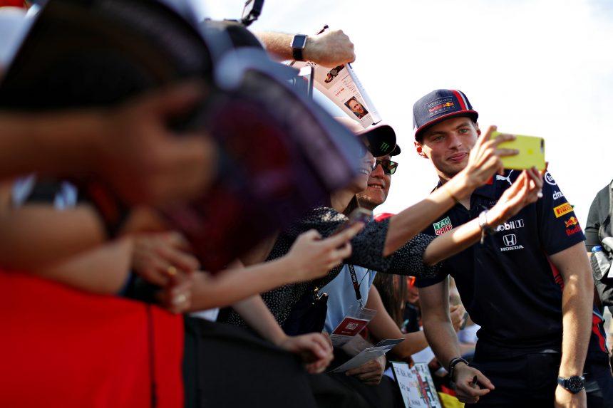 Max Verstappen atendiendo a los fans