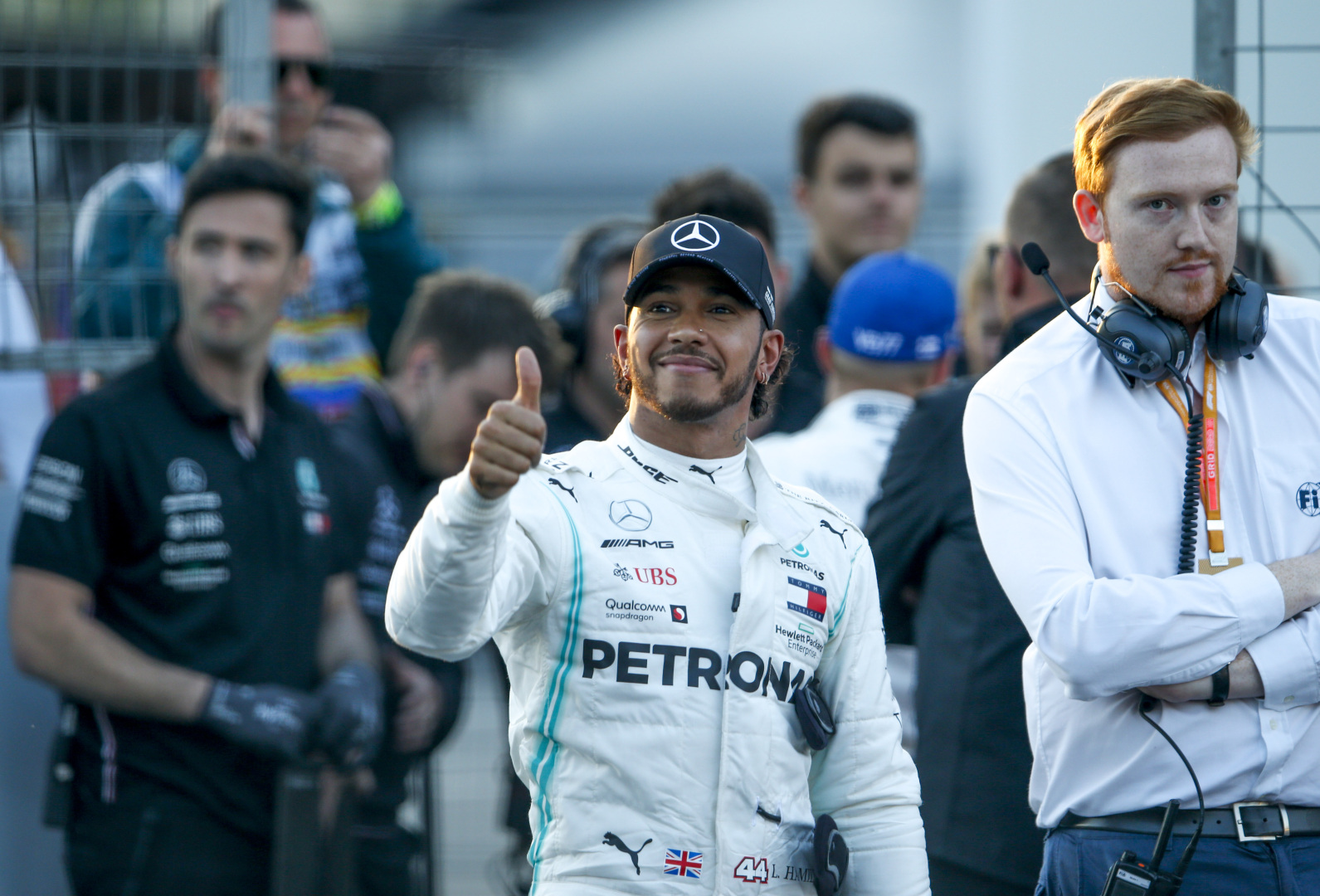 Hamilton sonríe al público