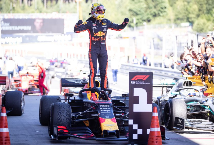 Verstappen subido de pie en su monoplaza tras ganar el GP de Austria de F1