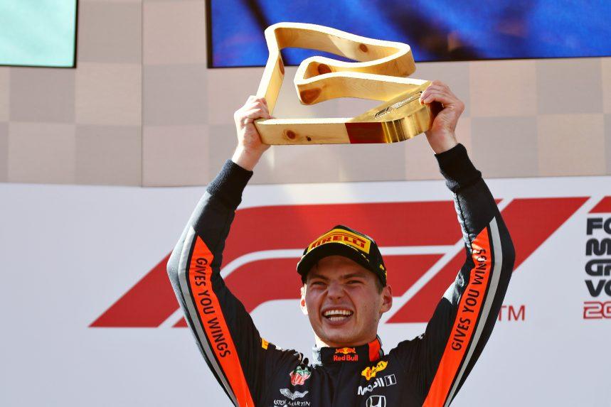 Max Verstappen levanta el trofeo de ganador del GP de Austria de F1