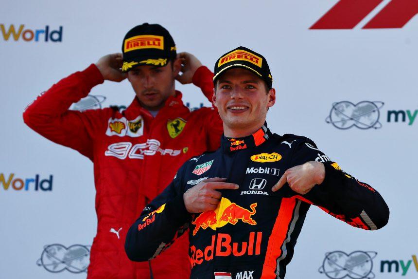 Verstappen señala el logo de Honda en el podio tras su victoria en el GP de Austria de F1