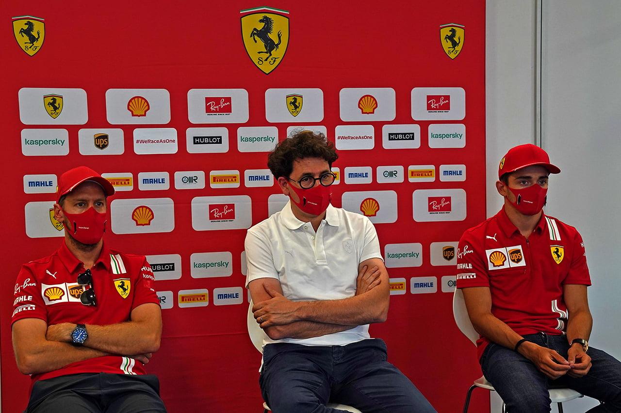 Binotto sentado en rueda de prensa entre los pilotos Ferrari