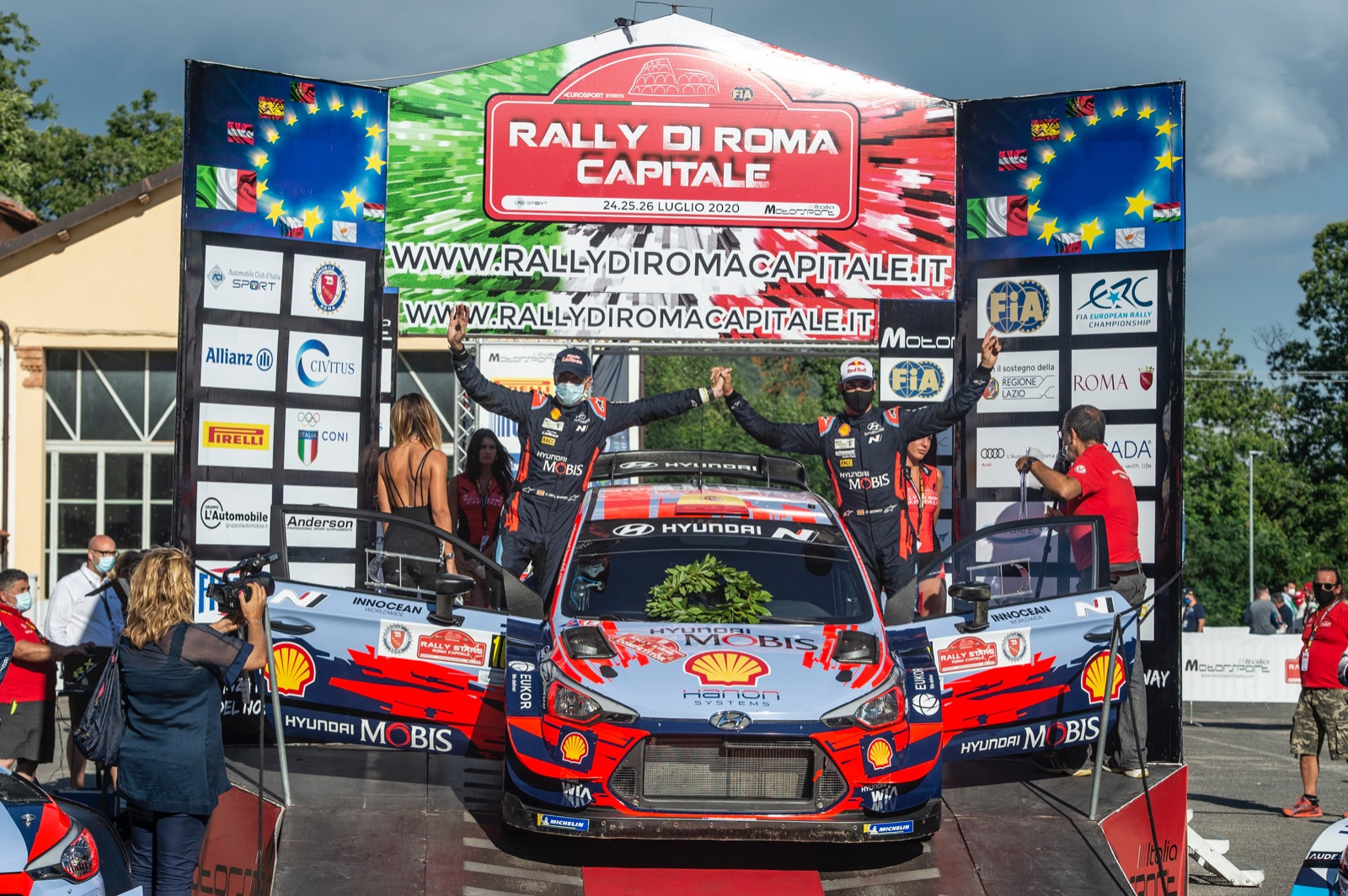 Dani Sordo en lo alto del podio de la prueba italiana