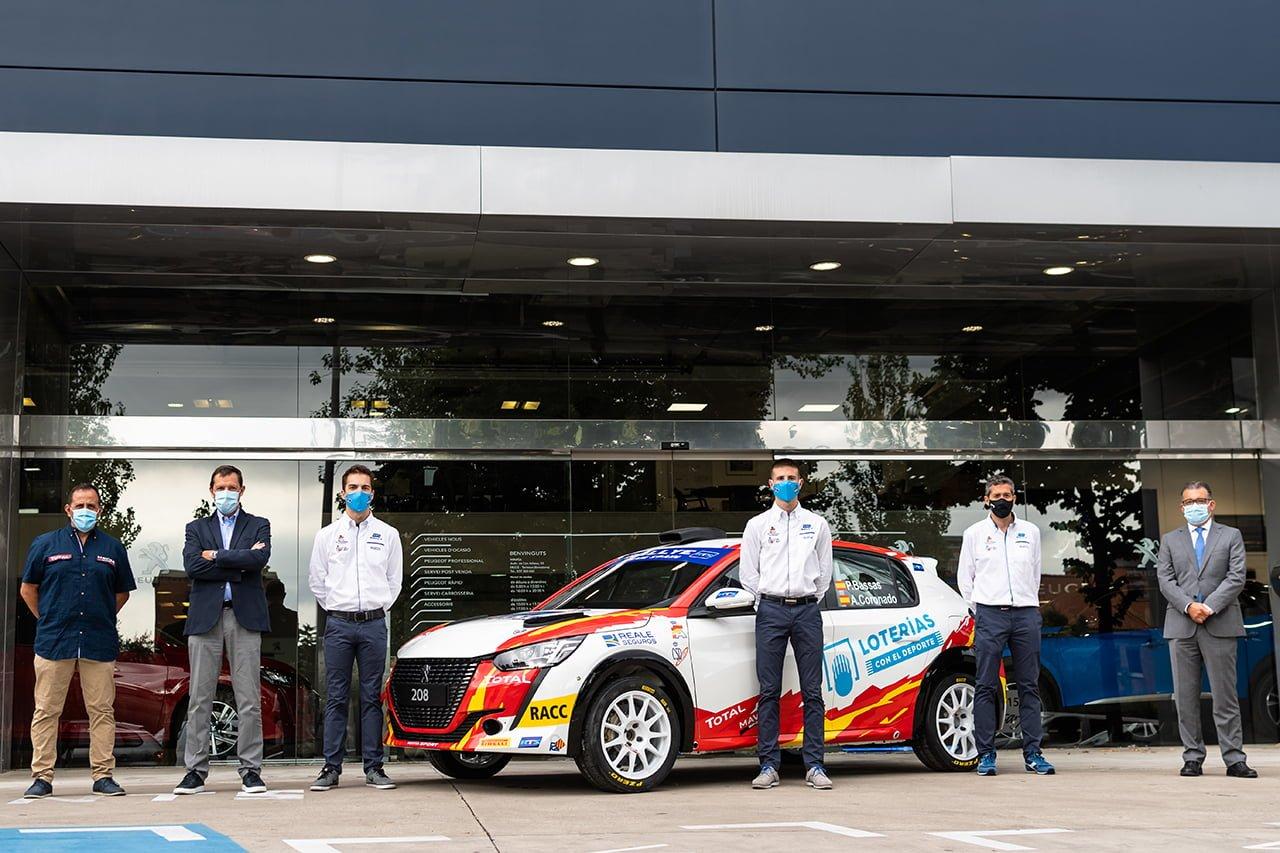 Bassas y Coronado posan junto al Peugeot con el que disputarán el ERC3 Junior.