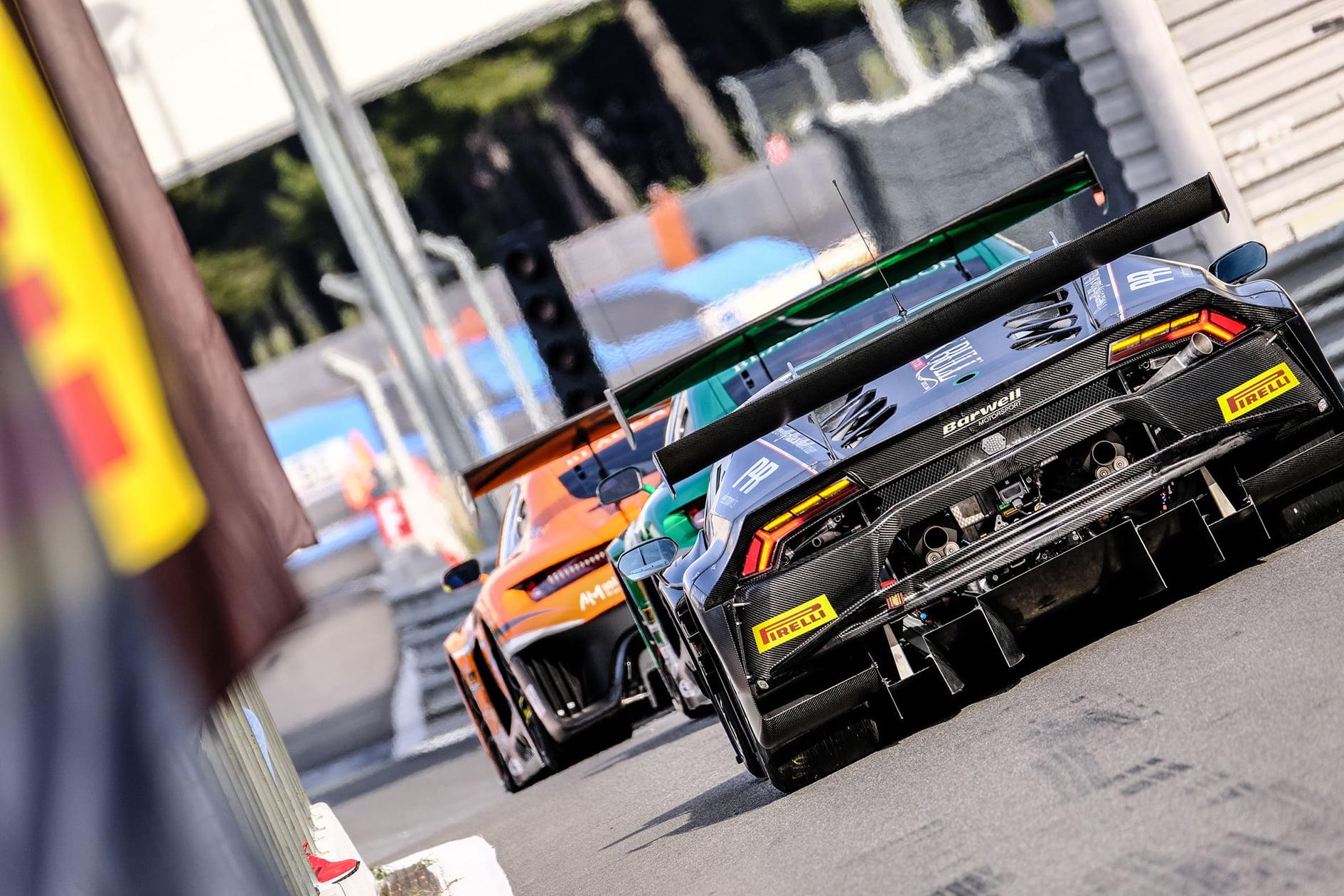 La GT World Challenge reúne a un gran número de pilotos
