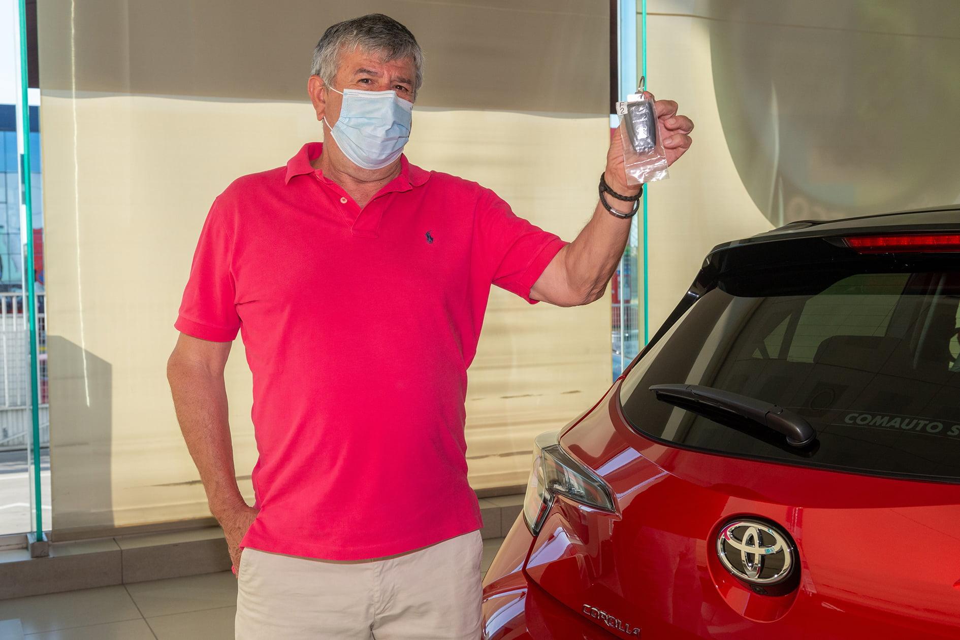 Nicolás posa junto al Electric Hybrid 3 millones de Toyota en Europa