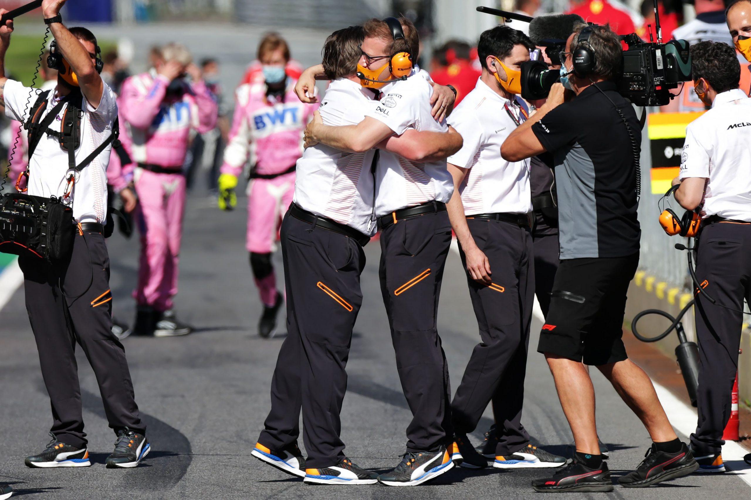 Brown se abraza a Seidl tras el podio de Norris