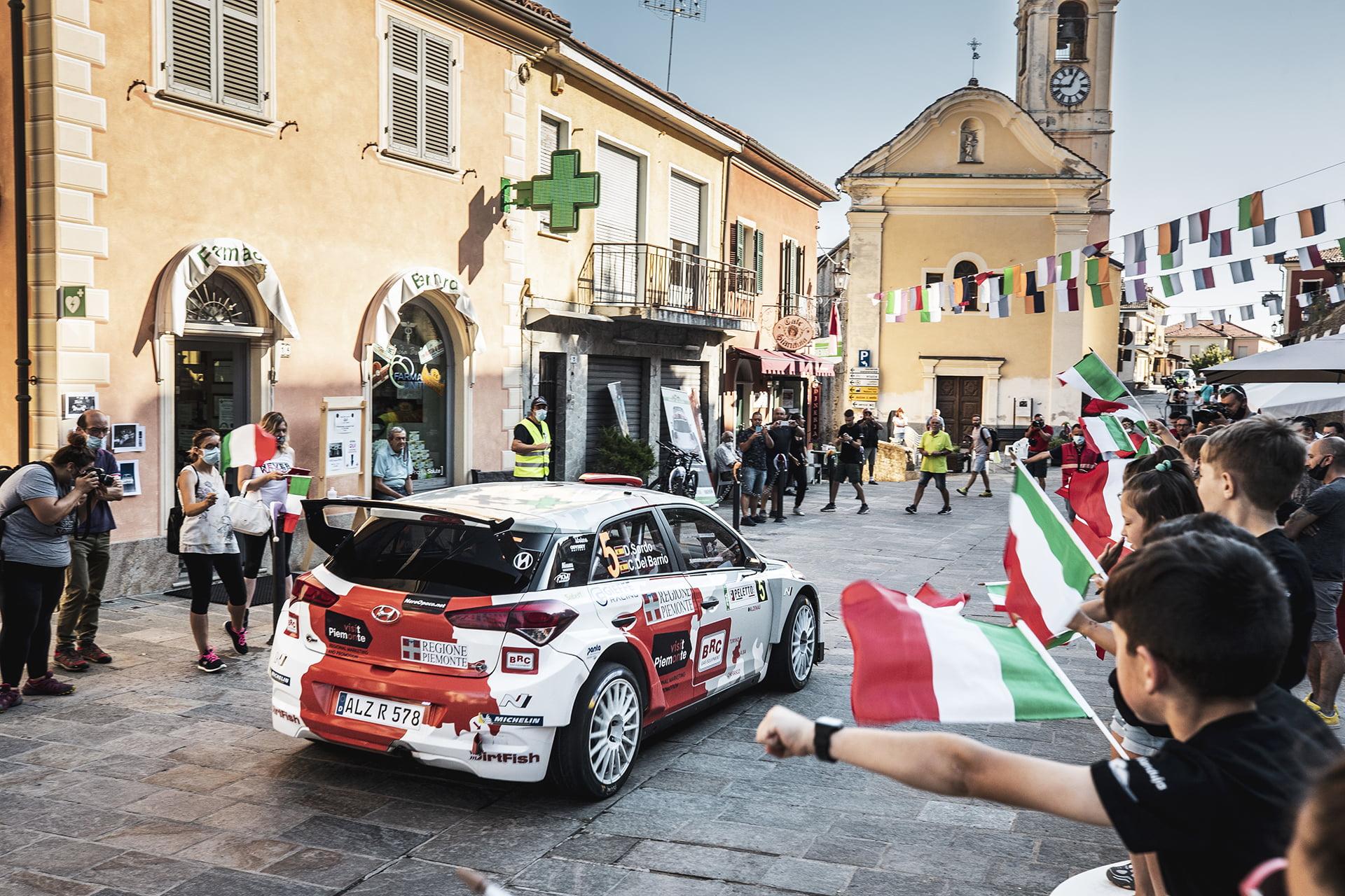 Dani Sordo atravesando un pueblo italiano del Piamonte