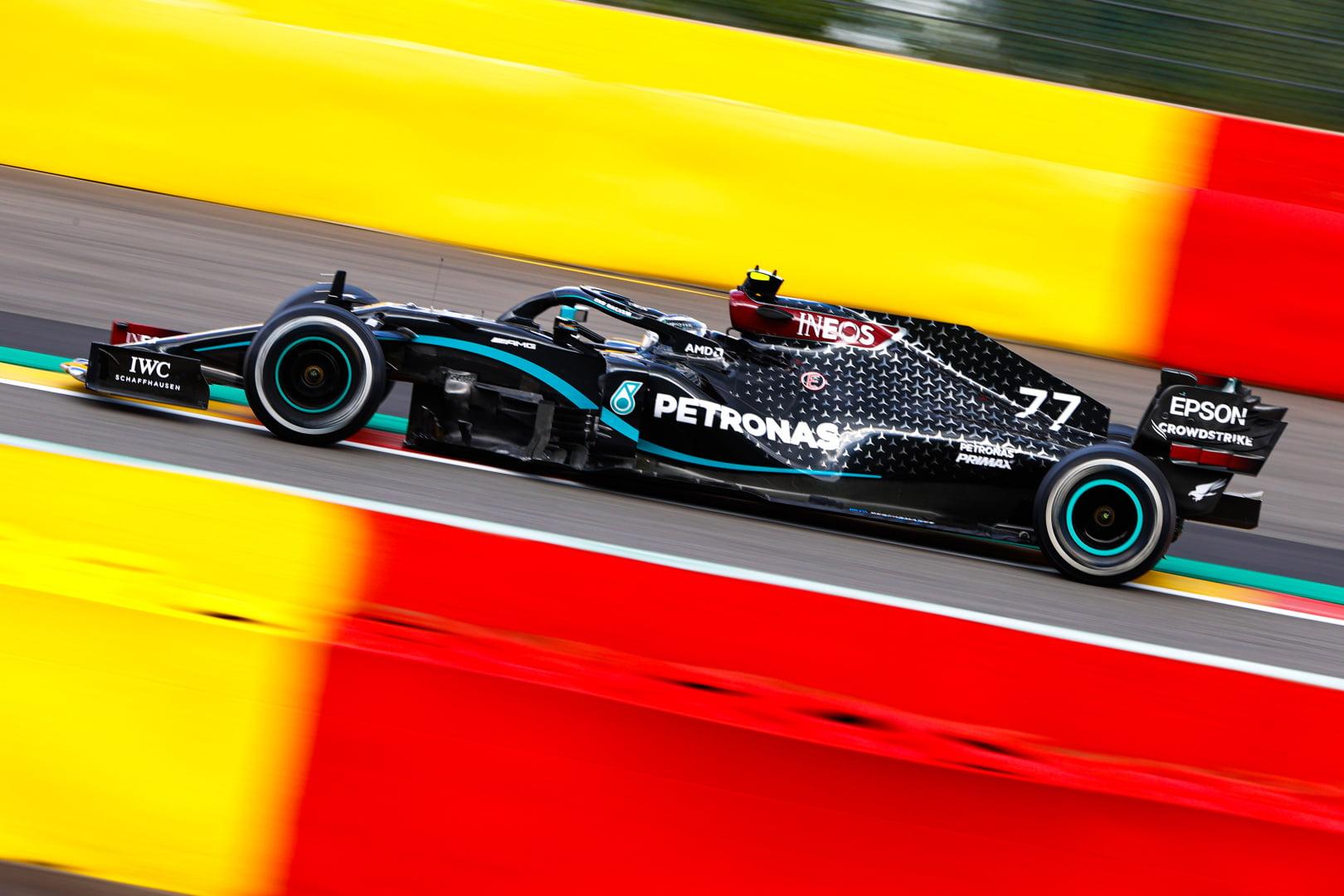 Bottas muestra su enfado por no poder adelantar a Hamilton.