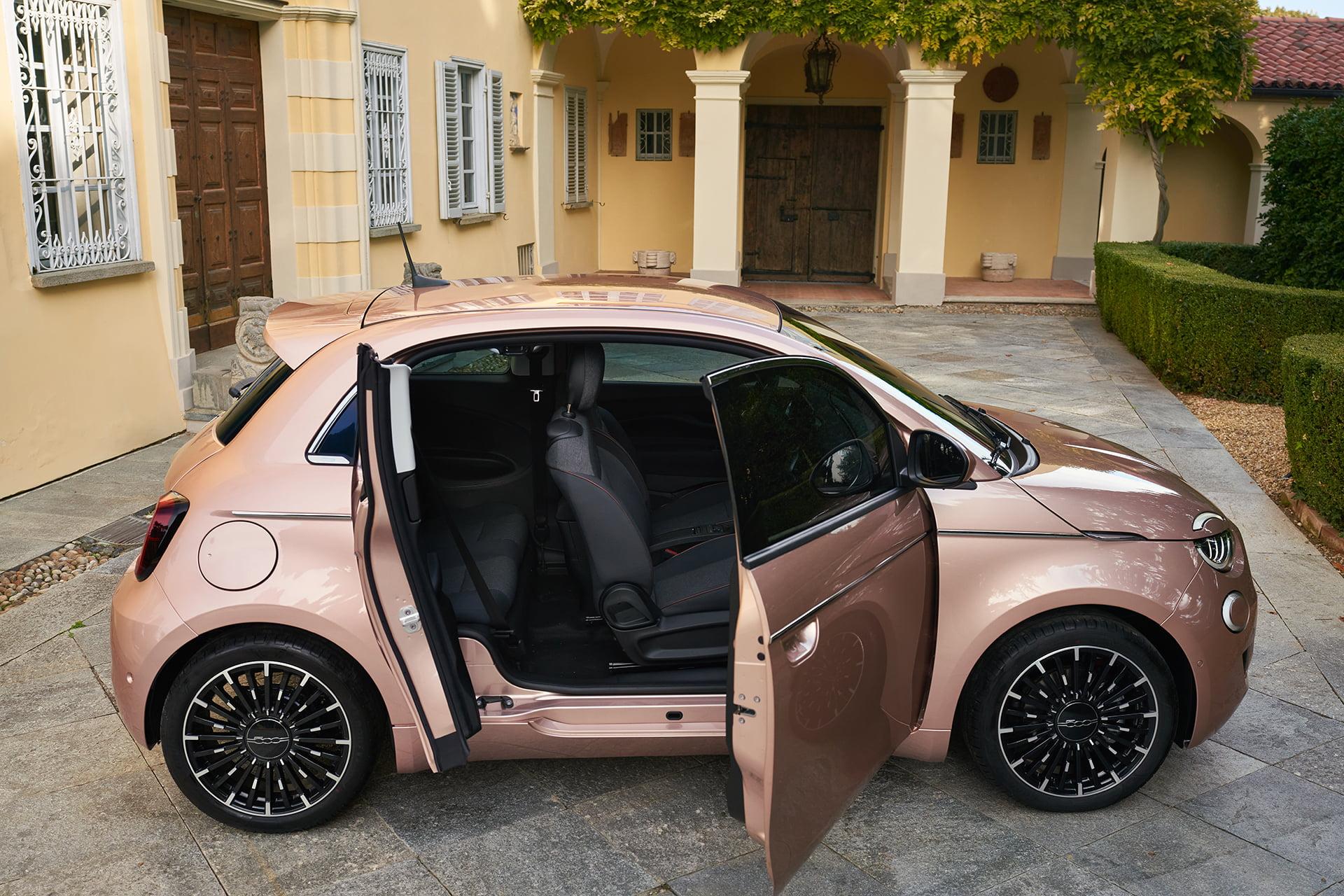 El Fiat 500 eléctrico cuenta con una versión Tre piu uno.