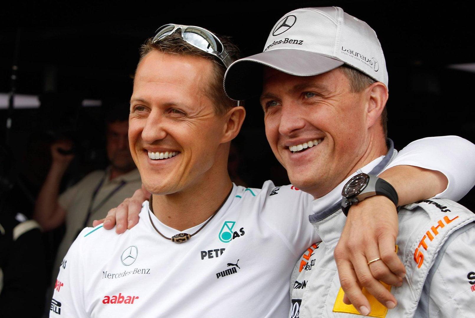 Ralf Schumacher abrazado junto a su hermano Michael.