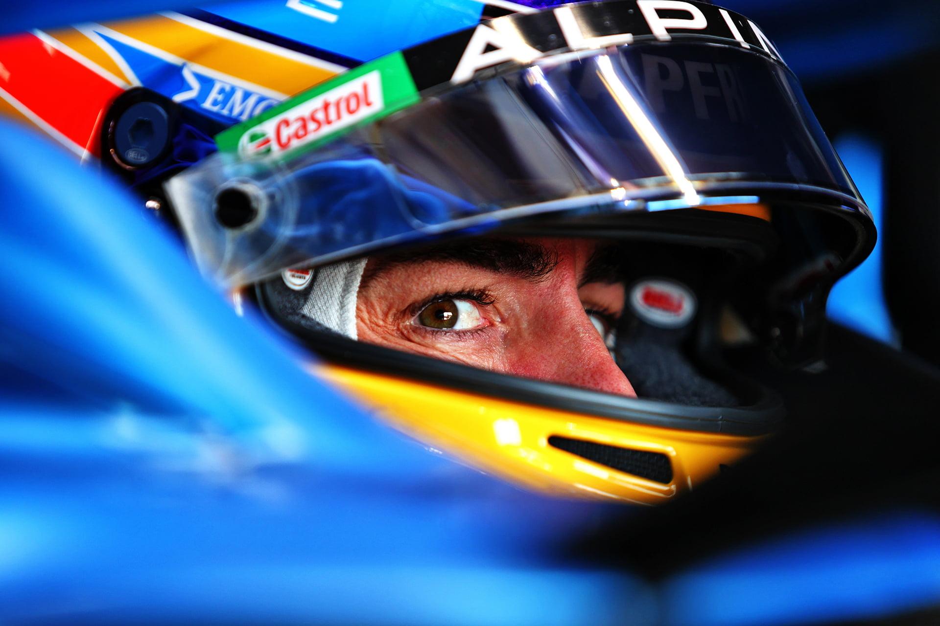 Alonso pensativo en su monoplaza