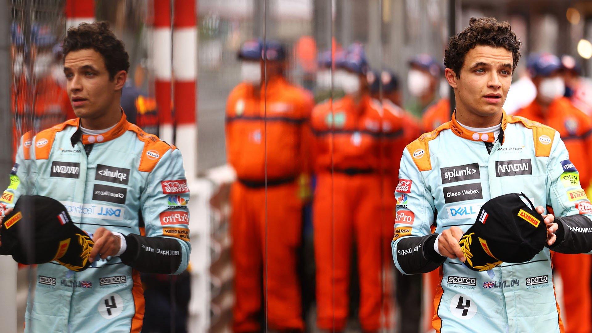 Lando Norris camino del podio en Mónaco