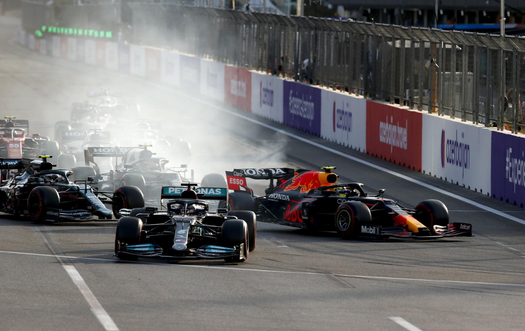 Lewis Hamilton se pasa de frenada en la parte final de la carrera de Baku.