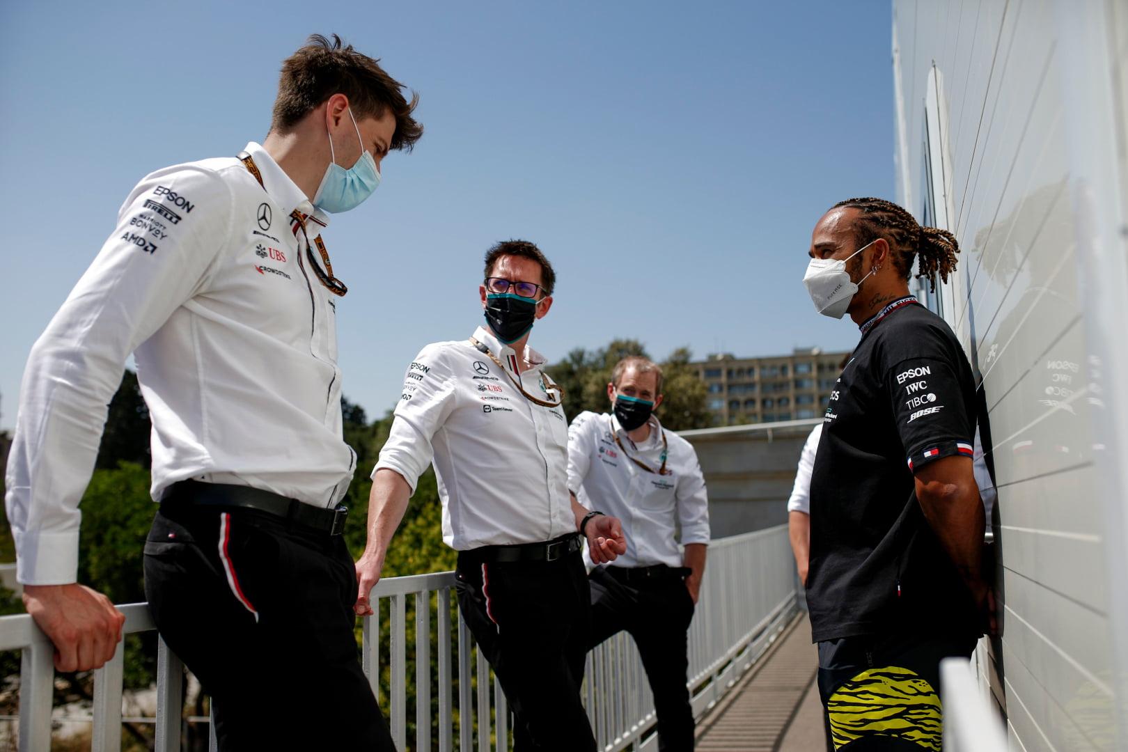 Lewis Hamilton charla con sus ingenieros en el circuito de Baku