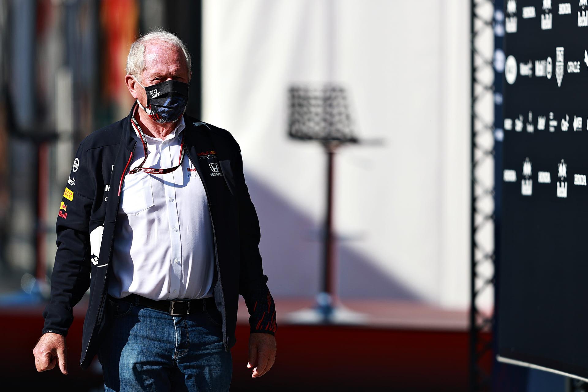 Helmut Marko paseando por el paddock de Montmeló.