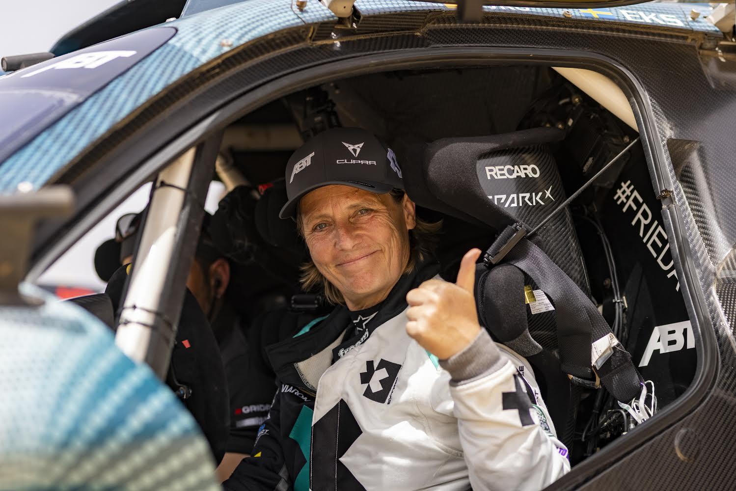 Jutta Kleinschmidt sonriente tras el Ocean X Prix