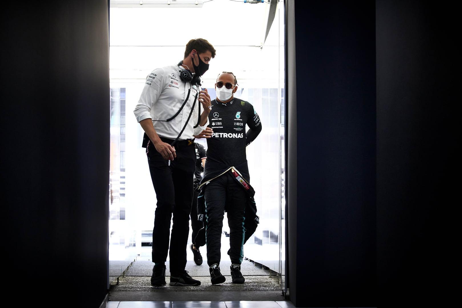 Toto Wolff  hablando con Lewis Hamilton