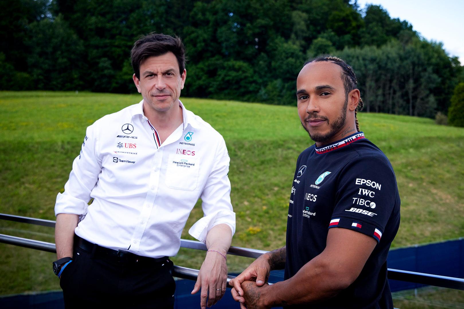 Lewis Hamilton  posa sonriente con Toto Wolff tras el nuevo acuerdo.