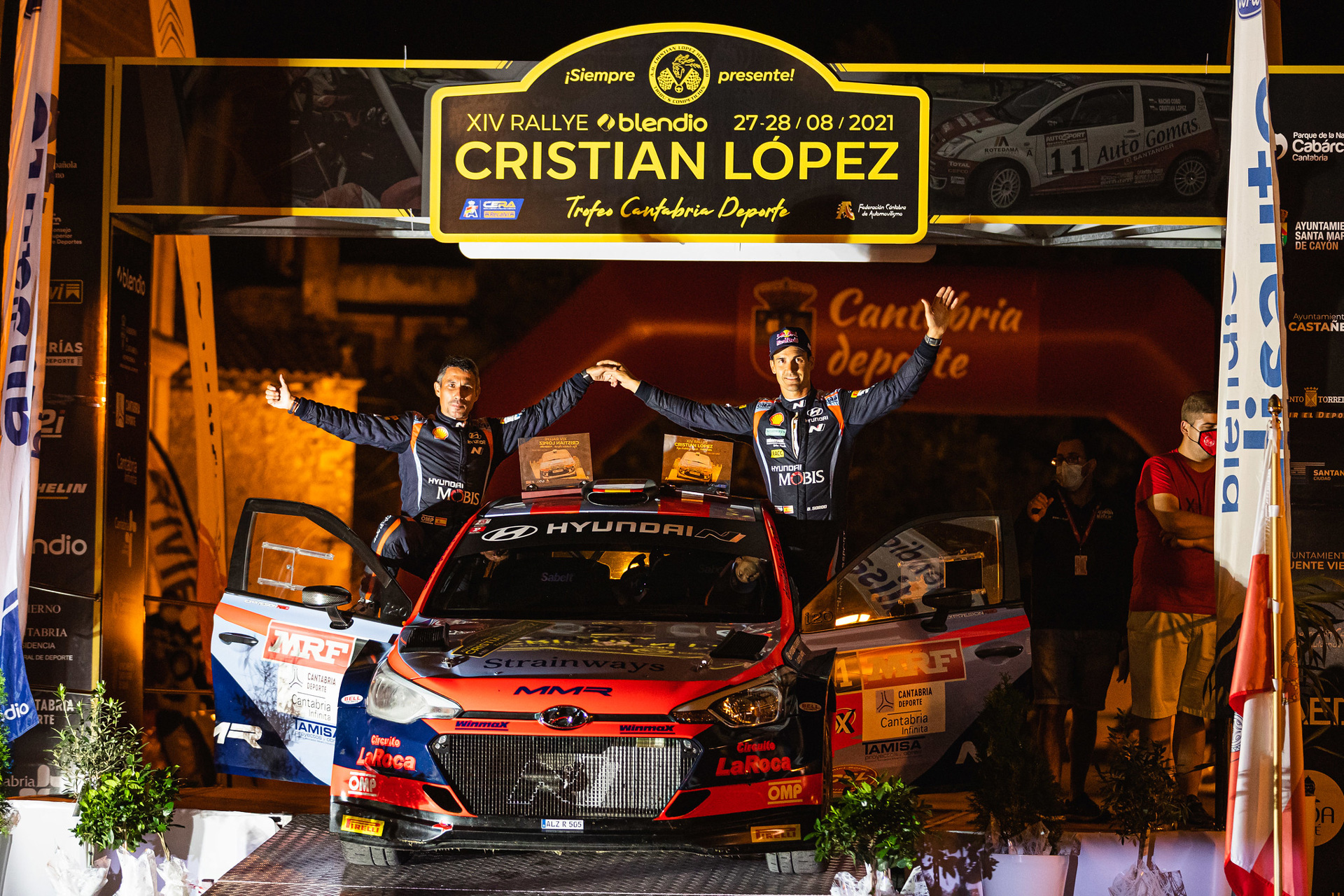 Dani Sordo sonriente en el podio de ganadores.