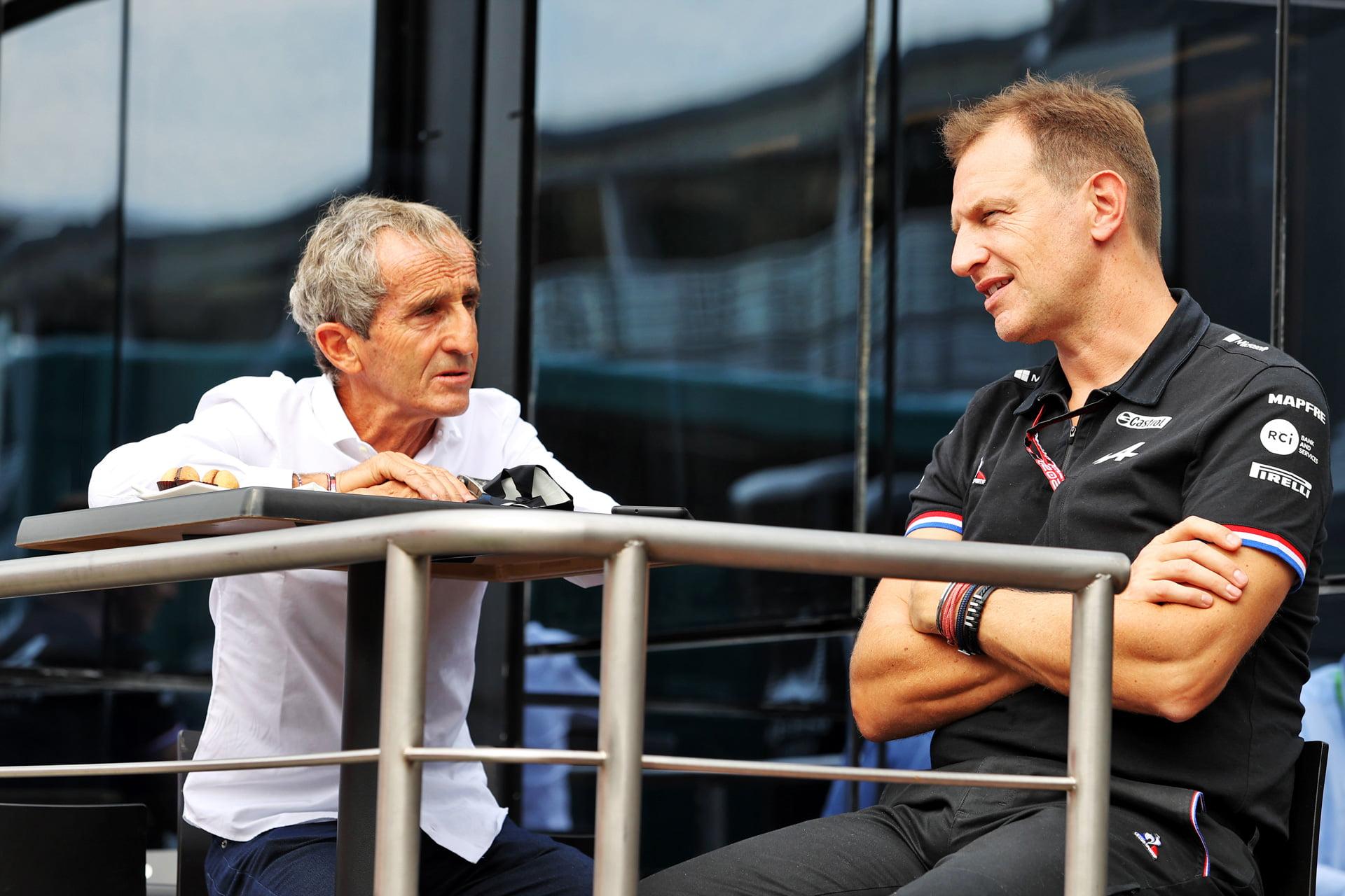 Laurent Rossi charla con Alain Prost.
